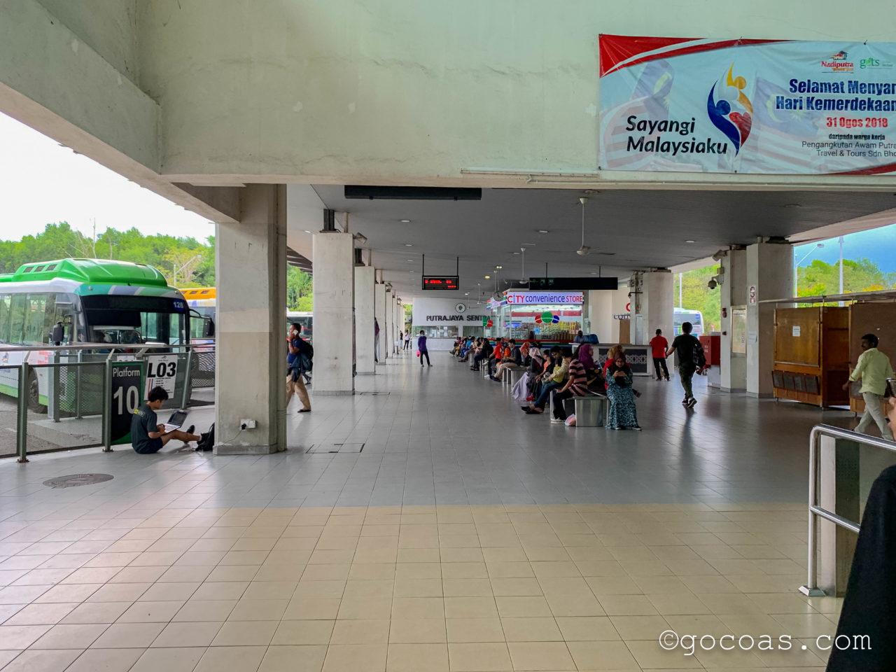 Putrajaya Cyberjaya駅のバスターミナル