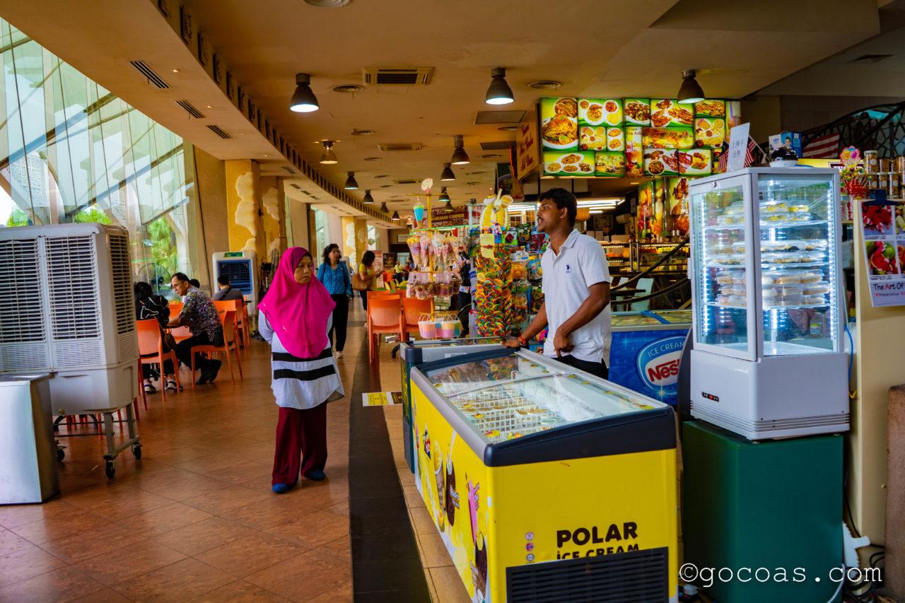 プトラモスク近くのレストラン街に並ぶお店
