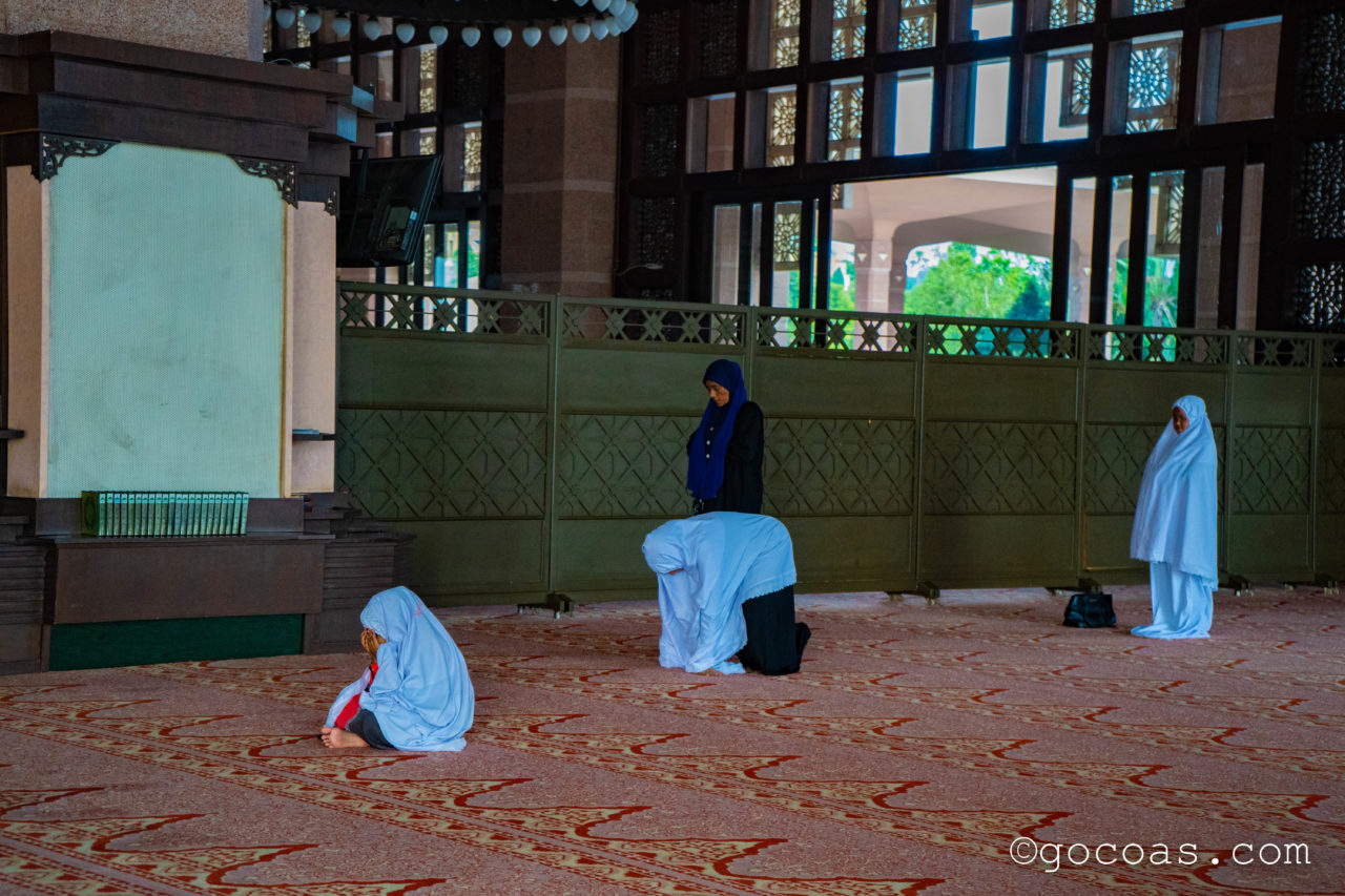 プトラモスクでお祈りする人