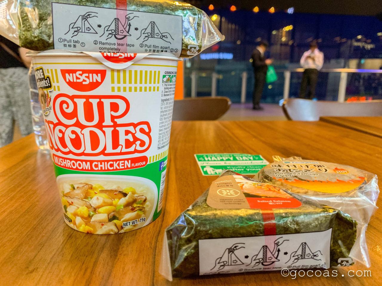 NU Sentralにあったファミリーマートで買ったおにぎりとカップ麺