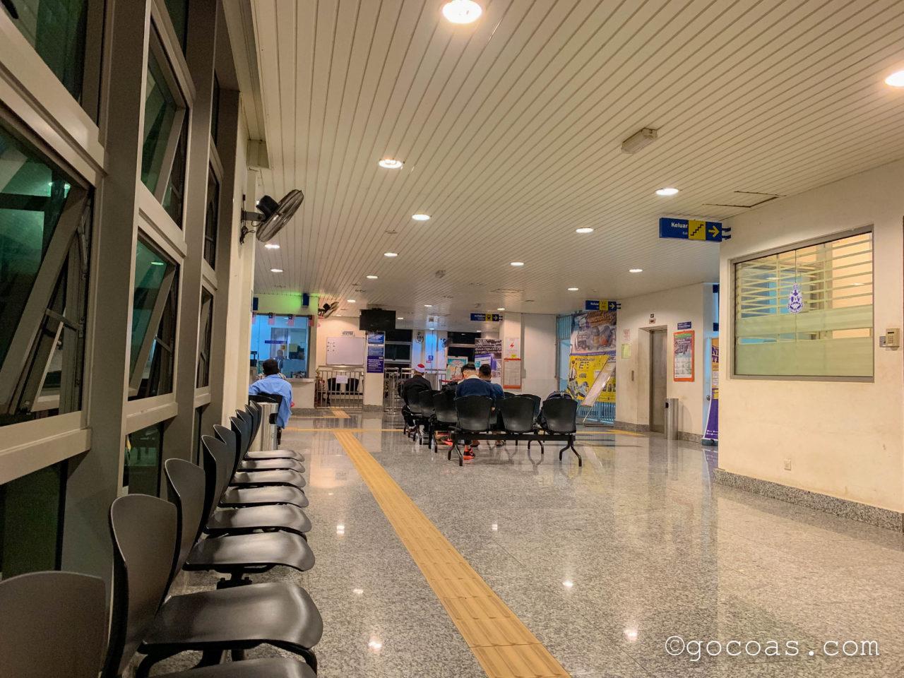 マレー鉄道のGEMAS駅の待合スペース