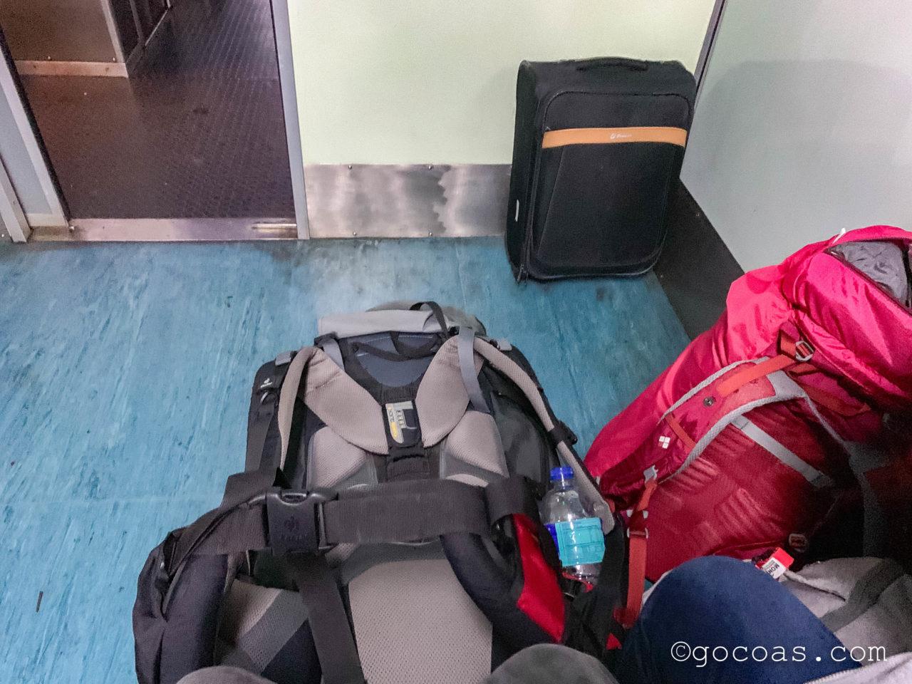 マレー鉄道のJBセントラル駅で乗った電車の車内と荷物