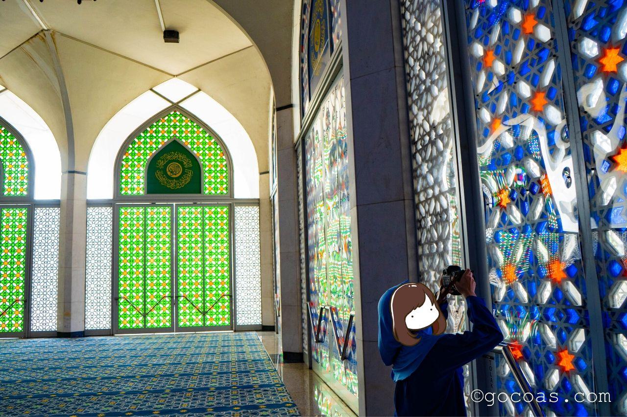 スルタン・サラディン・アブドゥル・アジズ・モスク内部の写真を撮るあいり