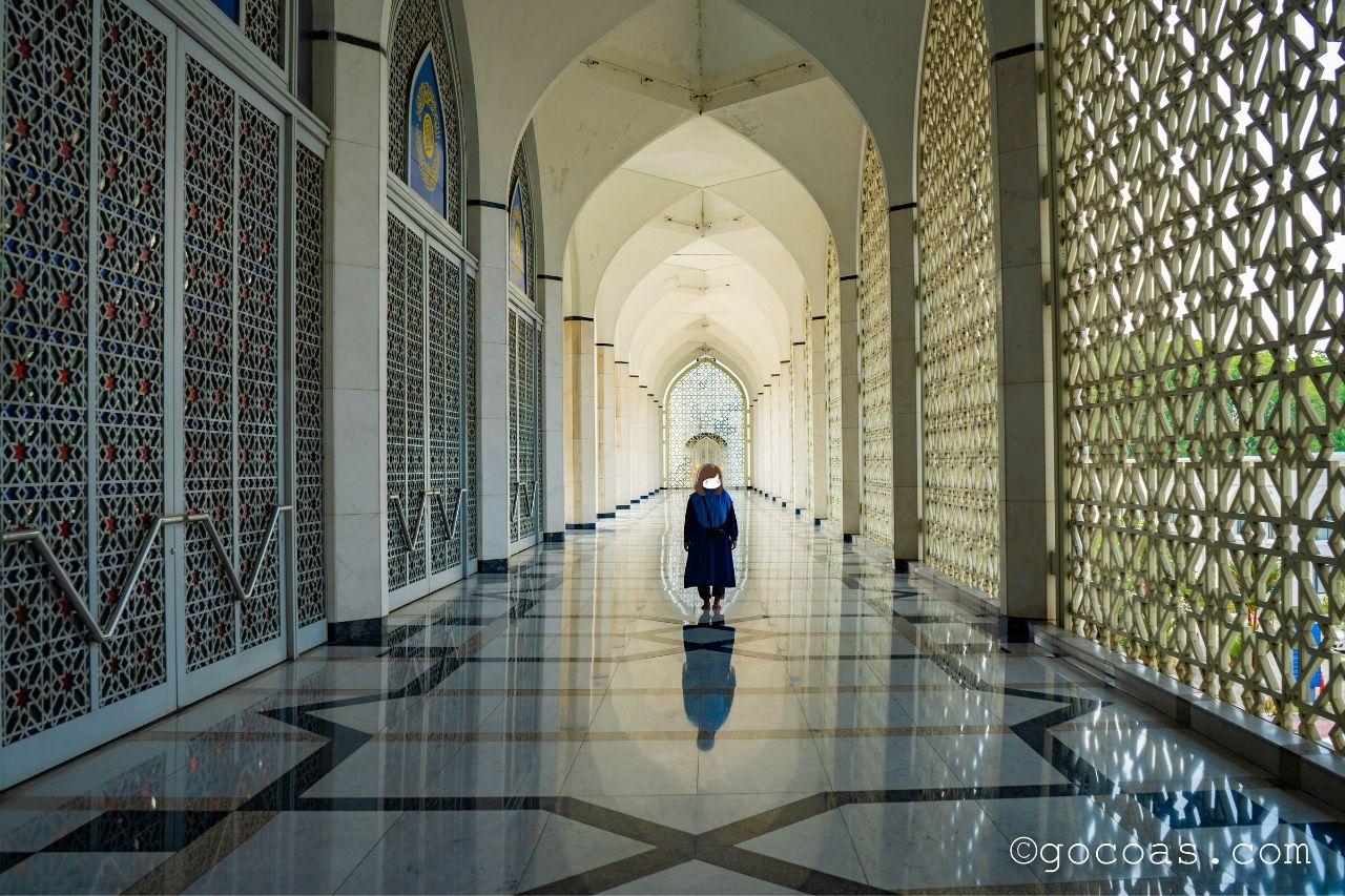 スルタン・サラディン・アブドゥル・アジズ・モスク内部の廊下に立つあいり