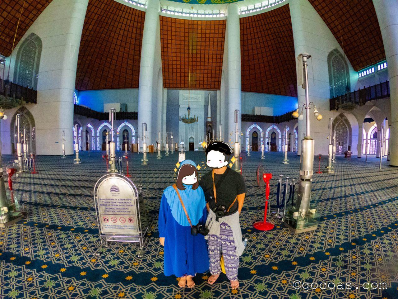 スルタン・サラディン・アブドゥル・アジズ・モスク内部のホールと夫婦
