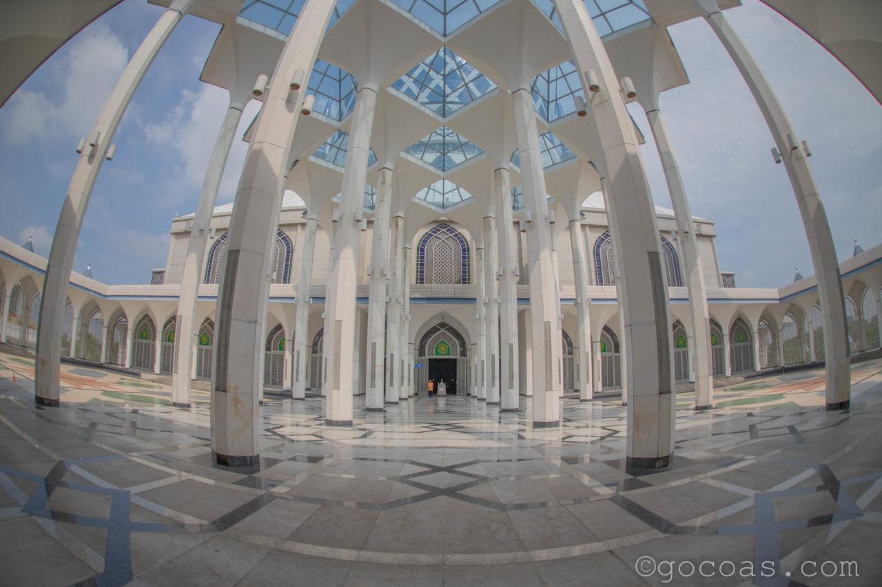 スルタン・サラディン・アブドゥル・アジズ・モスク内部の廊下