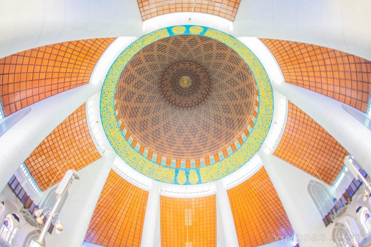スルタン・サラディン・アブドゥル・アジズ・モスク内部のホールの天井