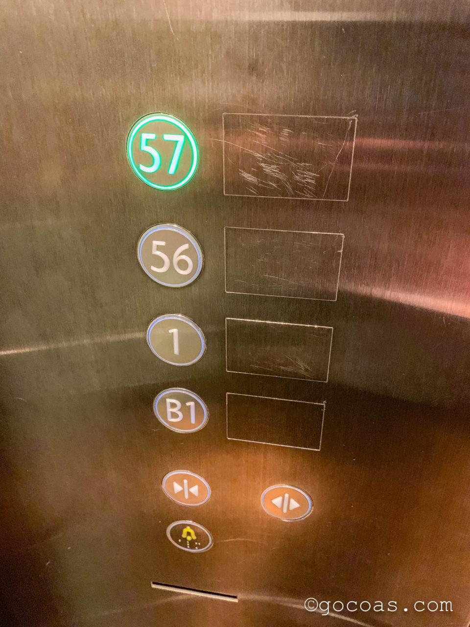 マリーナベイサンズ内のCÉ LA VI RESTAURANT AND SKYBARへ向かうエレベーターの57階の表示