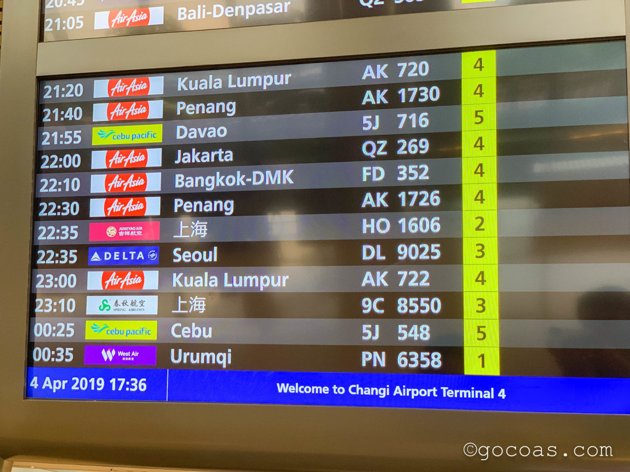 シンガポール・チャンギ国際空港の出発モニター
