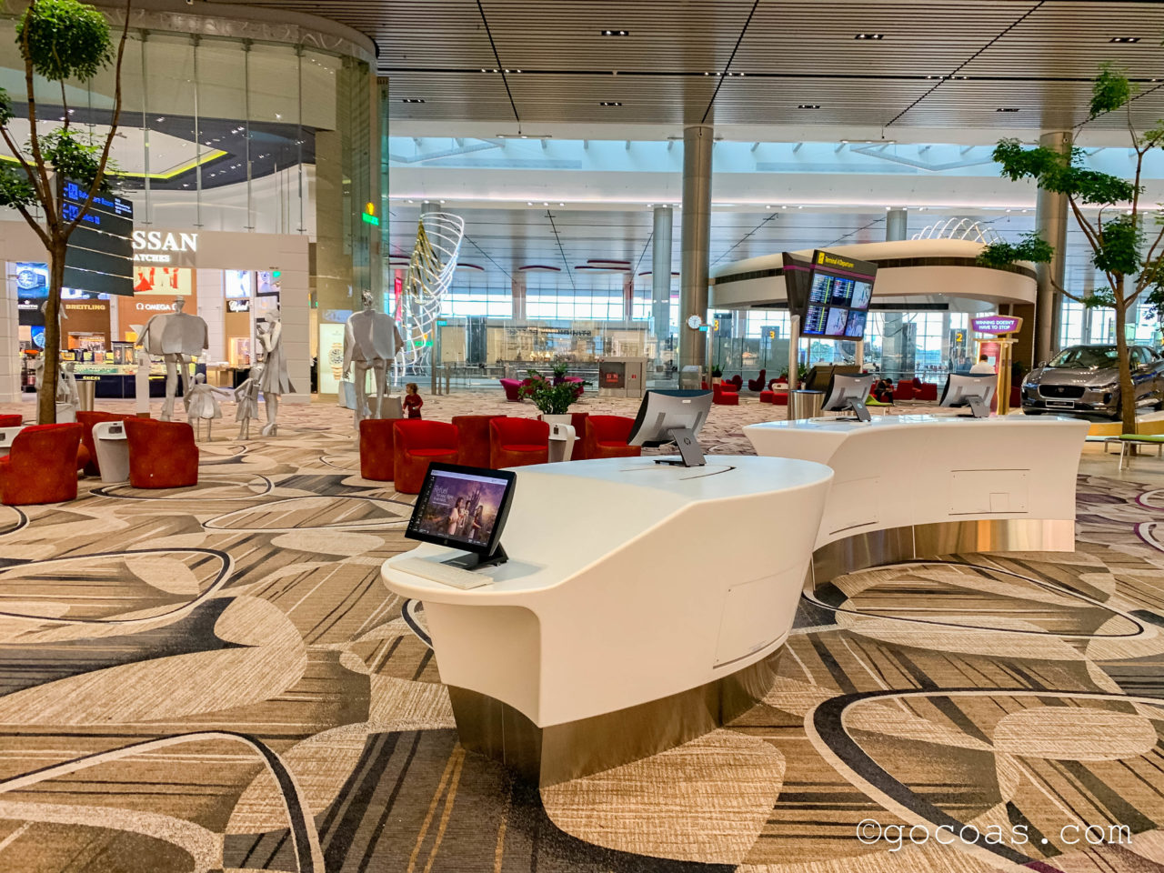 シンガポール・チャンギ国際空港の搭乗エリアに並ぶパソコンと椅子