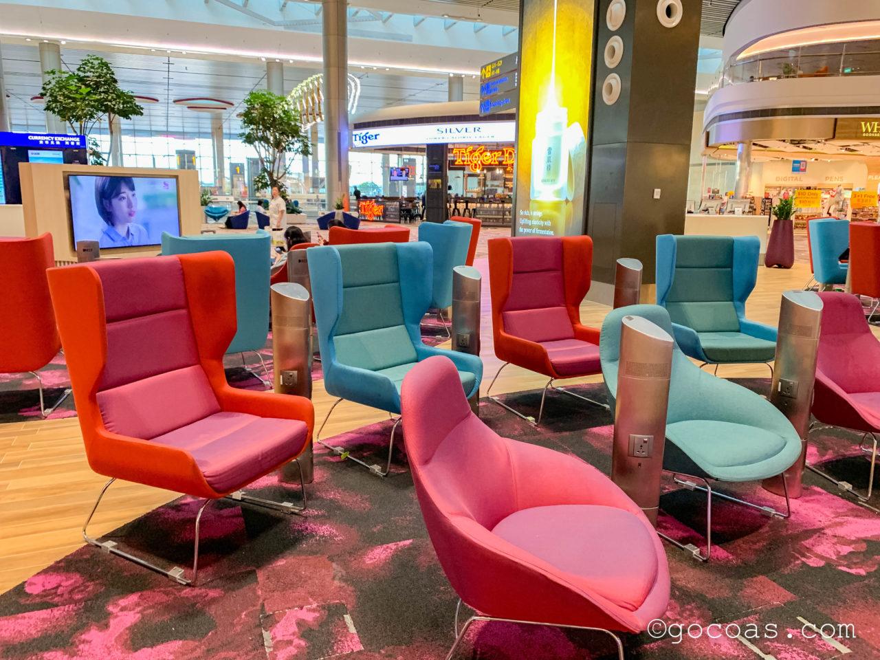 シンガポール・チャンギ国際空港の搭乗エリアに並ぶテレビと椅子