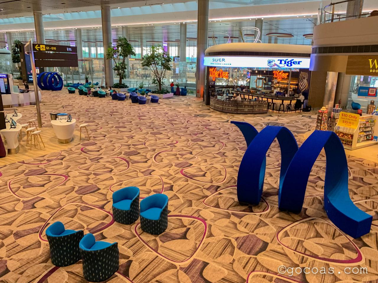 シンガポール・チャンギ国際空港の搭乗エリアに並ぶ椅子