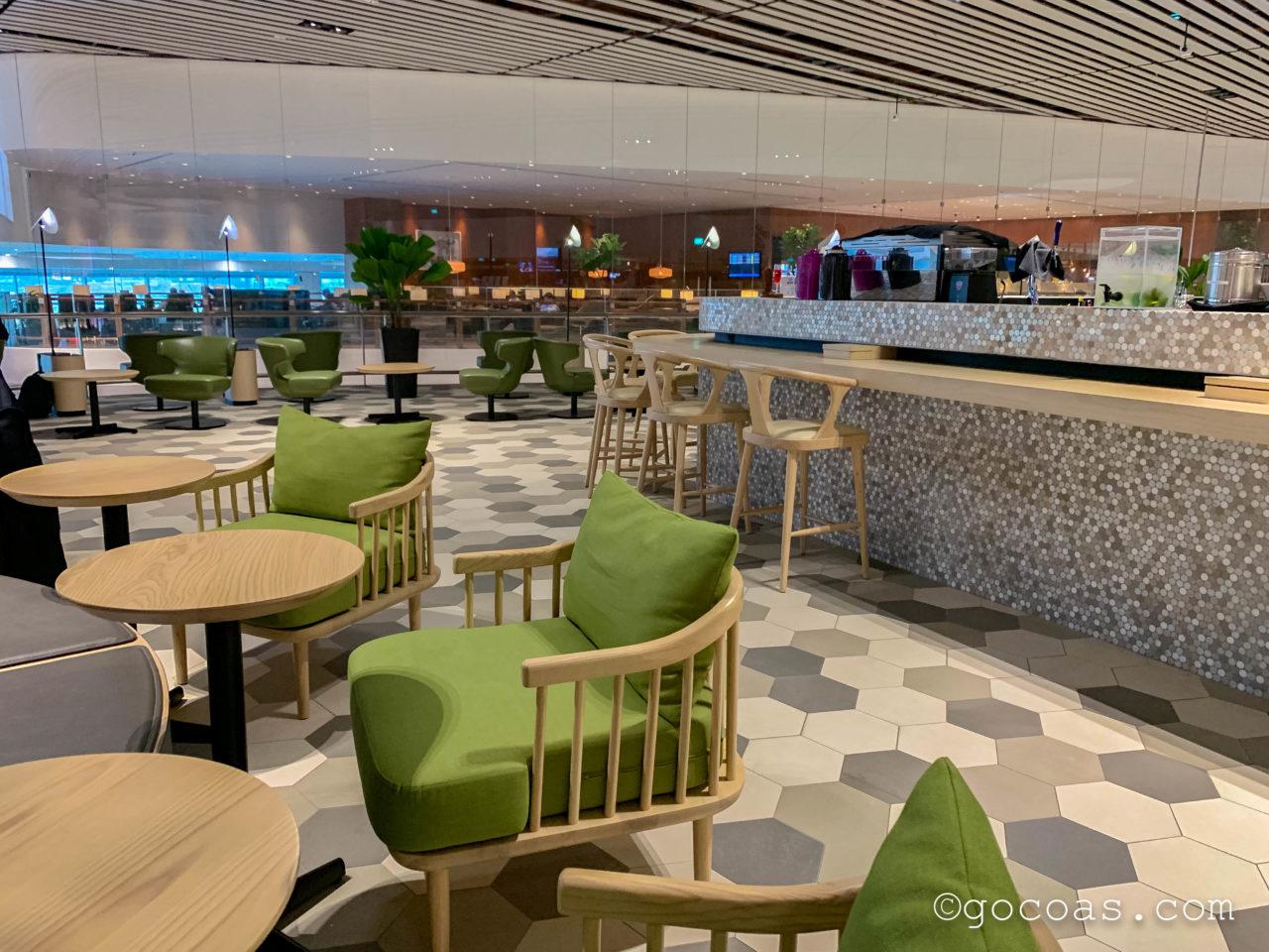 シンガポール・チャンギ国際空港内のBLOSSOM LOUNGEのテーブル席