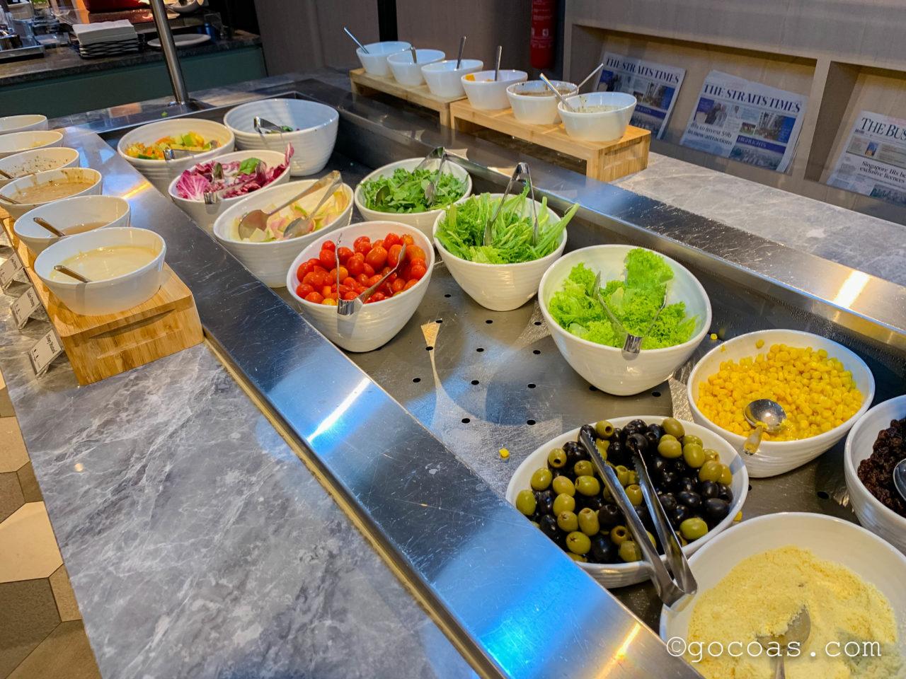 シンガポール・チャンギ国際空港内のBLOSSOM LOUNGEのビュッフェコーナーのサラダ