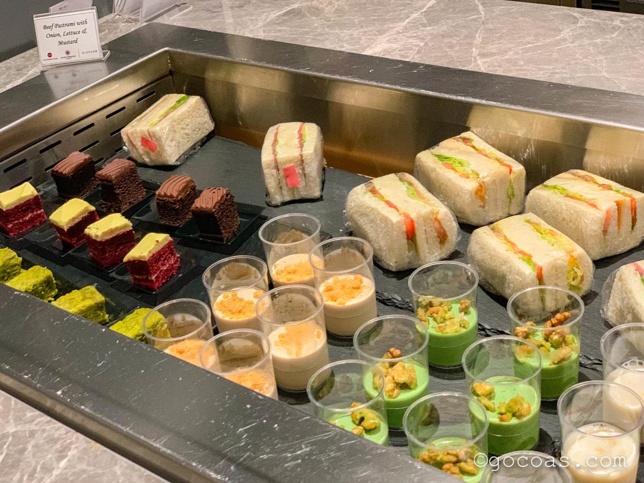 シンガポール・チャンギ国際空港内のBLOSSOM LOUNGEのビュッフェコーナーのデザート