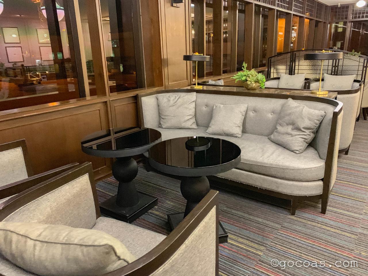 ドンムアン空港のTHE CORAL EXECUTIVE LOUNGEのテーブル席