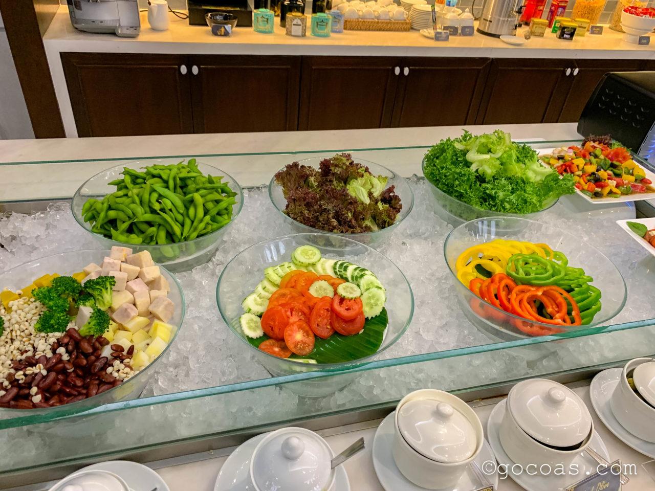 ドンムアン空港のTHE CORAL EXECUTIVE LOUNGEのビュッフェコーナーのサラダ