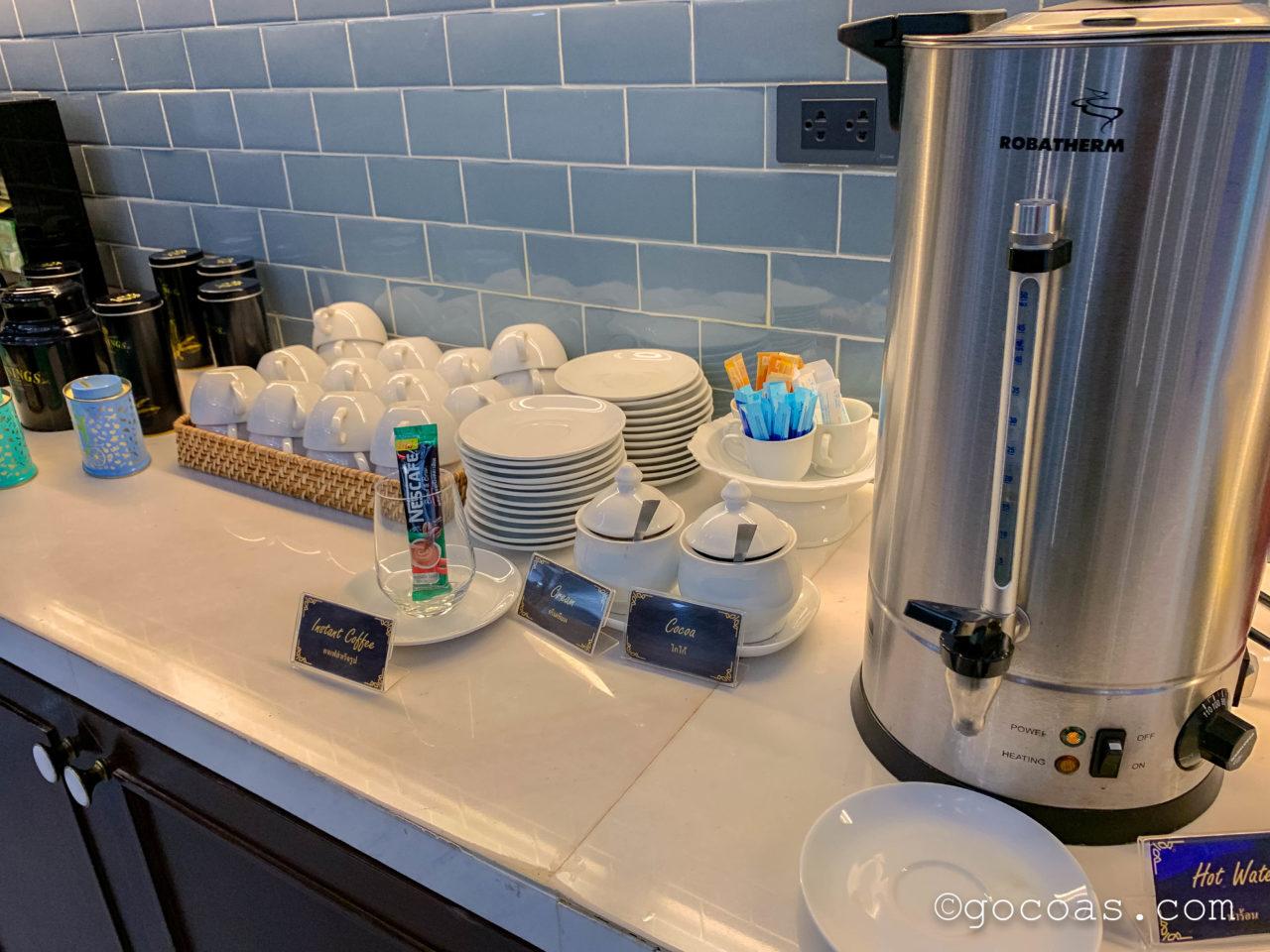 ドンムアン空港のTHE CORAL EXECUTIVE LOUNGEのビュッフェコーナーのコーヒー