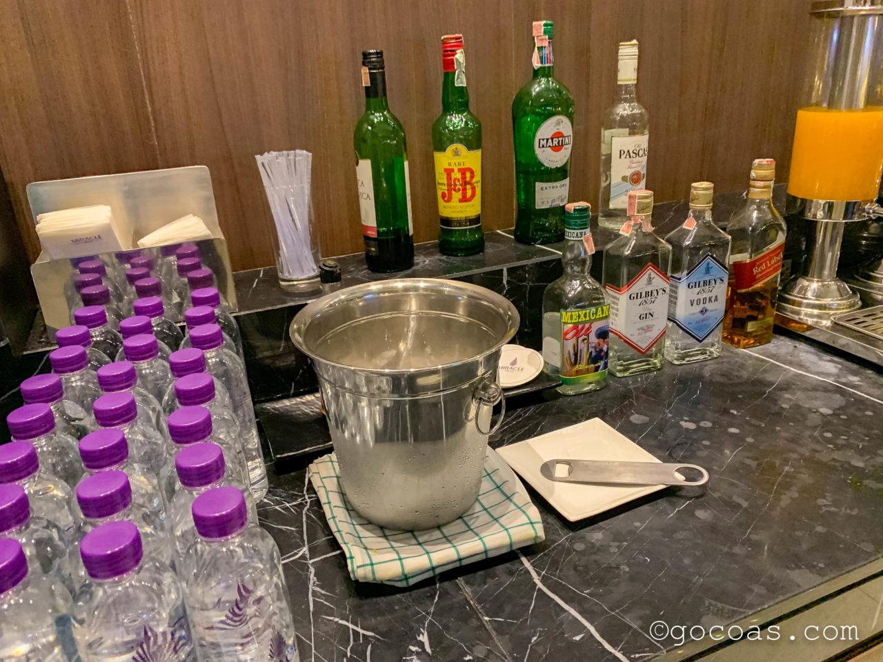 ドンムアン空港のMIRACLE LOUNGEのお酒コーナー